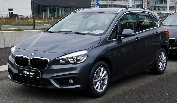BMW_218i_Active_Tourer_Advantage_(F45)_–_Frontansicht,_15._März_2015,_Düsseldorf