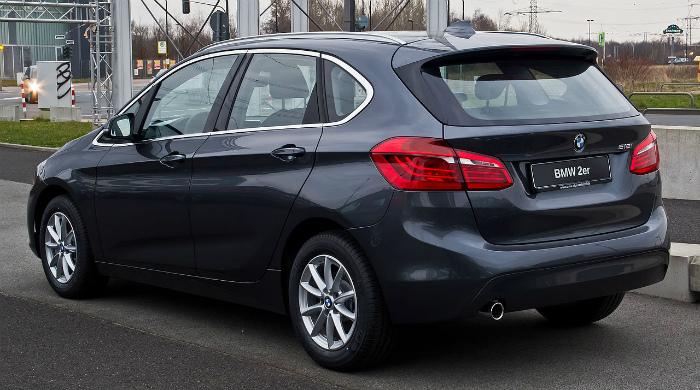 BMW_218i_Active_Tourer_Advantage_(F45)_–_Heckansicht,_15._März_2015,_Düsseldorf