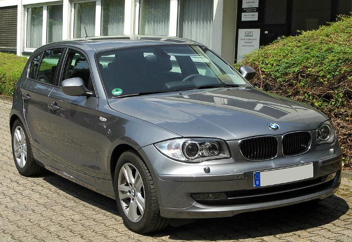 1024px-BMW_118d_(E87)_Facelift_front_20100711