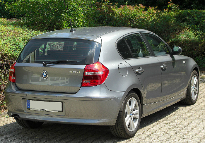 1024px-BMW_118d_(E87)_Facelift_rear_20100711