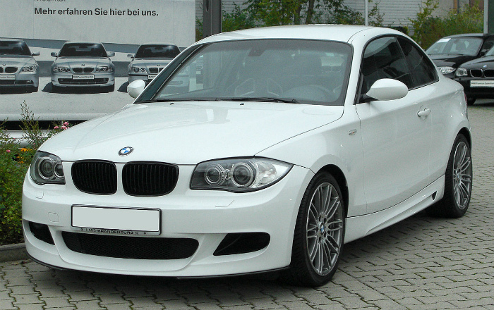 1280px-BMW_123d_Coupé_Sportpaket_BMW_Performance_(E82)_front-1_20100914