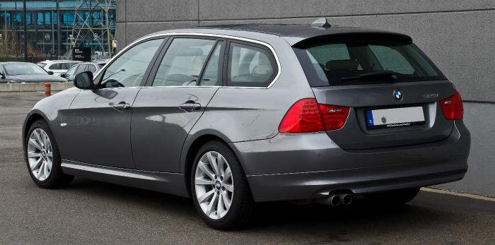 BMW_325i_Touring_(E91,_Facelift)_–_Heckansicht,_26._Dezember_2013,_Düsseldorf