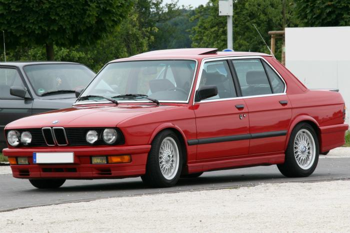 E28_BMW_M535i_zinnoberrot