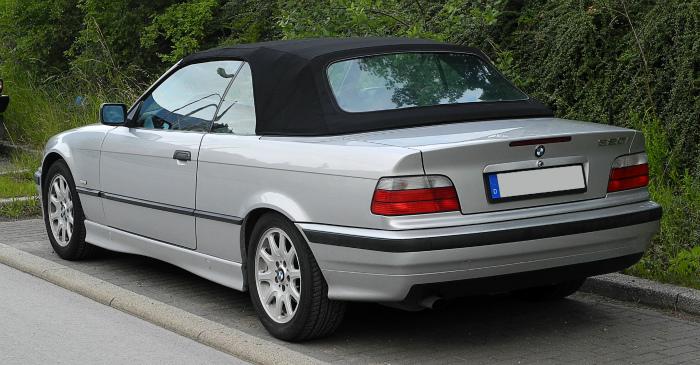 BMW_320i_Cabriolet_(E36_2C,_Facelift)_–_Heckansicht,_8._Juni_2011,_Wülfrath