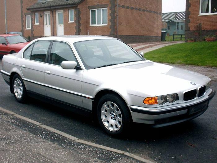 1024px-1999_BMW_e38