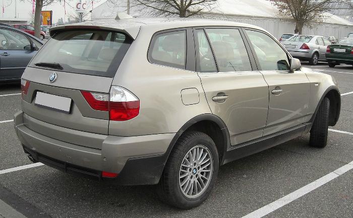 1280px-BMW_E83_rear_20081128