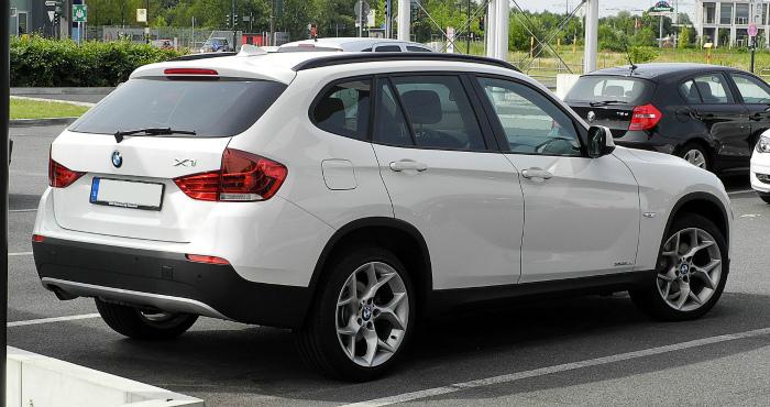 BMW_X1_xDrive18d_(E84)_–_Heckansicht,_12._Juni_2011,_Düsseldorf