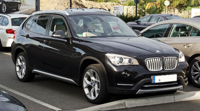 1280px-BMW_X1_(E84,_Facelift)_–_Frontansicht,_2._September_2012,_Düsseldorf